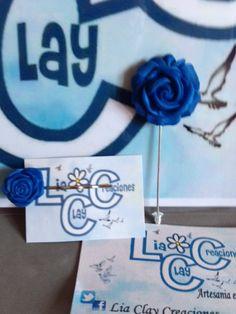 Aguja en forma de rosa de color azul perlado. Horquilla a juego