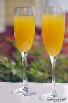 Mango Mimosas  2 mangoes peeled and diced or canned pureed mangoes 1 bottle (750 ml) chilled Champagne, Prosecco or Sparkling Wine