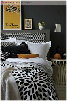 Sypialnia urządzona w odcieniach szarości z pomarańczowymi akcentami. Przepiękna!