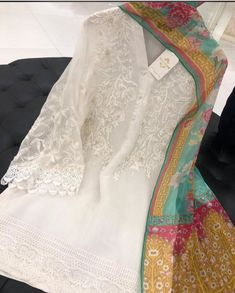 Simple Pakistani Dresses, Pakistani Bridal Dresses, Pakistani Dress Design, Pakistani Outfits, Indian Dresses, Fancy Dress Design, Stylish Dress Designs, Stylish Dresses For Girls, Casual Dresses
