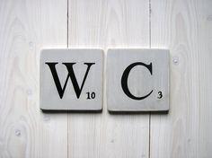 lettres décoratives en bois patiné façon scrabble gris souris WC