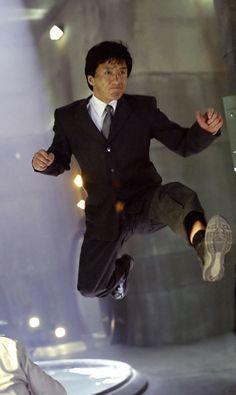 Jackie chan actor con mucha valentía para demostrar sus habilidades