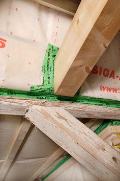 Viel schief gehen kann beim Dachstuhl. Werden tragende Hölzer im feuchten Zustand in den Dachstuhl eingebaut, sind Risse, damit verbunden verminder-te Tragfähigkeit, und drohender Pilz- und Insektenbefall absehbar. Immer wieder mangelhaft ausgeführt wird der Einbau der Unterspannbahn und Luftdichtigkeitsfolie. Sie wird nicht lückenlos verklebt oder mit falschem Klebeband.