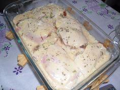 A Receita de Filé de Frango à Parmegiana com Molho Branco é deliciosa e fácil de fazer. Você só precisa temperar, empanar e fritar os filés de frango, em s