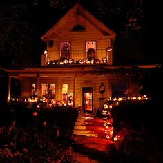 Autumn, pumpkins, ghosts and leaves. Everything fall and Halloween! Retro Halloween, Spooky Halloween, Halloween Horror Nights, Halloween Season, Spirit Halloween, Holidays Halloween, Halloween Party, Halloween Decorations, Halloween 2018