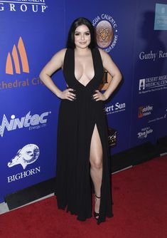 Ariel Winter Evening Dress - Ariel Winter looked gorgeous in a black gown with a daring V plunge and a thigh-grazing slit at the Palm Springs International Film Festival closing night reception. Ariel Winter Pics, Ariel Winter Age, Ariel Winter Boyfriend, Winter Evening Dresses, Arial Winter, Ariel Dress, Red Carpet Looks, Celebs, Celebrities