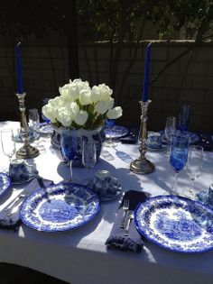 Parsimonious Décor Darling: Set Your Table With Flair--Welcome Spring Tablescap. Blue Table Settings, Beautiful Table Settings, Place Settings, Blue Willow China, Blue And White China, Blue China, Dresser La Table, Blue Rooms, Elegant Table