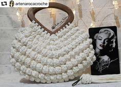 Δεν υπάρχει διαθέσιμη περιγραφή για τη φωτογραφία. Crochet Tote, Crochet Handbags, Crochet Purses, Crochet Stitches Patterns, Purse Patterns, Crochet Shoulder Bags, Diy Tote Bag, Macrame Bag, Macrame Design