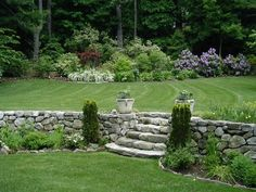 Garten Landhausstil Stützmauer Steine Treppen Koniferen