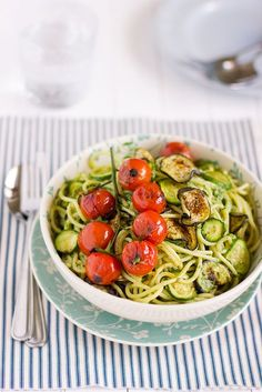 giroVegando in cucina: Spaghetti con verdure grigliate e pesto di prezzemolo - Beautiful grilled vegetable & pasta dish! I love the tomatoes.