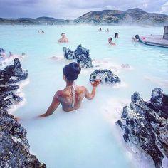 🌎Голубая Лагуна | Исландия.🇮🇸 Ставь лайк❤ Комментируй💬 Подпишись☑ 🔔Включайте уведомление о новых публикациях🔔 . 📝На юго-западе Исландии расположился полуостров Рейкьянес (Reykjanes). Его особенность в том, что он практически полностью образован застывшей лавой. Застывшая лава — пористый, неплотный материал. И потому морская вода 💧легко просачивается сквозь нее, заполняя природные резервуары. А именно здесь, в Свартсенги (Svartsengi), очень близко к поверхности земли подходят пласты…