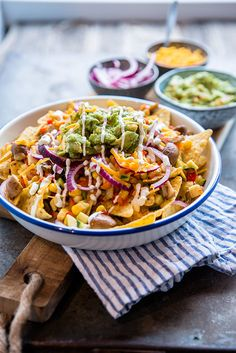 Nachos, in a healthier jacket. This vegetarian nachos dish contains a lot of vegetables. But of course cheese and guacamole should also be included. Easy Healthy Recipes, Veggie Recipes, Mexican Food Recipes, Healthy Snacks, Easy Meals, Veggie Food, Tasty Vegetarian, Vegetarian Nachos, Guacamole