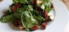 Sałatka ze szpinakiem, suszonymi pomidorami, mozzarellą posypane prażonymi pestkami dyni - main