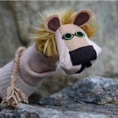 La toujours impressionnant «Elie» le lion Sockett® est présenté ici en bronze. Cette marionnette lion regal-chaussette est faite avec une qualité supérieure Tigercandy Arts, l'artisanat. Construit à partir d'un véritable, américain fait, chaussette en coton base, il est riche en plaisir