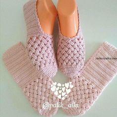 The Cloister Shell Shawl Crochet Tutorial Knitting and Bordado Videos Crochet Slipper Boots, Knitted Slippers, Diy Crafts Crochet, Crochet Projects, Crochet Slipper Pattern, Crochet Patterns, Crochet Baby, Crochet Shawl, Crochet Accessories