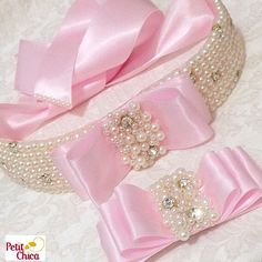 Uma linda princesa  vestirá seu nobre vestido e usará essas preciosidades para realçar ainda mais sua beleza#cintoperolas #LaçoChanel #acessorioskids #hairacessories #petitchica #coisasdeprincesa
