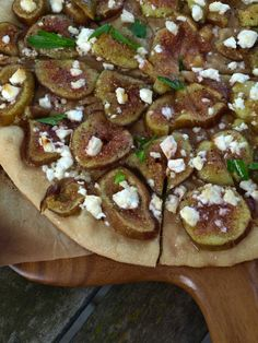 A vegetarian (fruitarian?) fig pizza with feta, honey and black pepper Fig Pizza, Prosciutto, Feta, Honey, Vegetarian, Stuffed Peppers, Fruit, Ethnic Recipes, Kitchen
