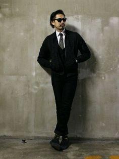 黒のMA-1に白シャツと黒のスラックス、黒のジレをあわせ、迷彩柄のネクタイと迷彩柄のソックスでスパイスを効かせた着こなし