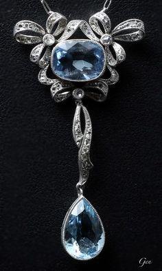 Aquamarine necklace United Kingdom 1920 Aquamarine, rose-cut diamond, platinum H. Edwardian Jewelry, Antique Jewelry, Vintage Jewelry, Bijoux Art Deco, Art Nouveau Jewelry, Diamond Bracelets, Diamond Jewelry, Sea Glass Jewelry, Fine Jewelry