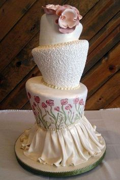 Who loves the design of this wedding cake?? Discover more @ Stylish Eve
