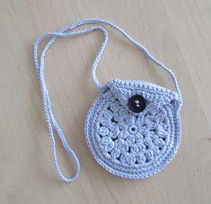 Gehaakte portemonnee aan een koord, door HeyLeuk Crochet For Kids, Diy Crochet, Crochet Hats, Crochet Children, Diy Haken, Diy Shorts, Crochet Fashion, Beautiful Crochet, Burlap Wreath