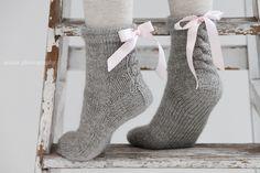 Tein aikaisemmin Jannesta sukat tytölle ja kauniista ulkonäöstä huolimatta ne olivat liian kovat ja lanka tuntui ikävältä neuloa. Nyt al... Diy Crochet And Knitting, Knitting For Kids, Easy Knitting, Knitting Socks, Knitting Projects, Woolen Socks, Embroidery Hearts, Sock Crafts, Crochet Slippers