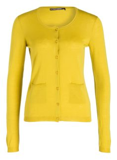 Lässige Eleganz: Der feine Cardigan von RENÉ LEZARD bezaubert mit einer schlanken Silhouette. Das Modell aus Feinstrick zeigt sich dabei mit Knopfleiste und den Taschen vorne von einer sehr figurschmeichelnden Seite. Tragen Sie ein einfaches T-Shirt und weite Hosen dazu!Details:Gerader SchnittRundhalsausschnittSchließt mit KnöpfenRippbündchen an Ärmeln und SaumSofter GriffMaße bei Größe 36:Rückenlänge ab Schulter: 60 cm