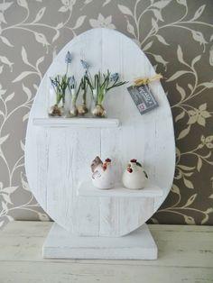 Van oud hout gemaakt ei, Leuk om zelf verder te decoreren. afmeting 63 hoog x 40 breed. excl. accessoires) €27,50 meerprijs in wit €5,-