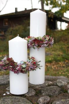 déco de bougies cylindriques avec de petites couronnes d'erica, hortensias et feuilles