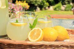 A citromos víz 11 olyan előnye, amit eddig biztosan nem tudtál - Egészségtér Healthy Drinks For Kids, Super Healthy Recipes, Healthy Foods To Eat, Essential Oils For Fibromyalgia, Essential Oils For Stress, Drinking Warm Lemon Water, Lemon Water In The Morning, Natural Detox, Natural Health