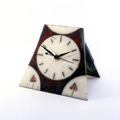 Horloge de table en céramique raku décorative et utile à la fois! Entièrement faite à la main, son style classique sharmonisera à votre