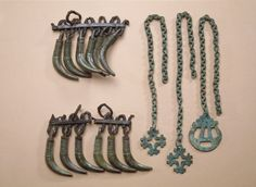Two flat ristiriipusta chains, bronze. Pendants are itäbalttilaista type häränsilmäkuvioin decorated. Chains are doubled assembled round tires. Discoveries have been an exhibition in the L'Europe de Vikings Abbaye de Daoulas France, The Viking World - Cultures in Contact the Danish National Museum in Copenhagen and the Museum für Vor-und Frühgeschichten exhibition Welt der Wikinger Martin Gropius Bau in Berlin.