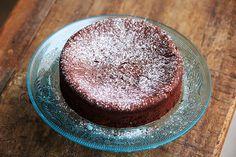 Prepare em um bolo de chocolate com dois ingredientes? Usando apenas ovos e chocolate meio amargo você pode fazer um bolo gostoso e fácil.