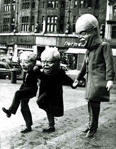 Khrushchev giving a hand to Mac Milan Eisenhower, 1960 Photos D'halloween Vintage, Vintage Halloween Photos, Vintage Bizarre, Creepy Vintage, Creepy Old Photos, Creepy Pictures, Strange Pictures, Kasimir Und Karoline, Images Terrifiantes