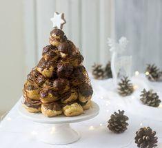 Ένα εντυπωσιακό γλυκό - γλυπτό που θα στολίσει το γιορτινό τραπέζι σας και θα ενθουσιάσει τους πάντες με τη φίνα γεύση του. Φτιάξτε αυτόν τον πύργο που θυμίζει και λίγο έλατο και κερδίστε τις εντυπώσεις.