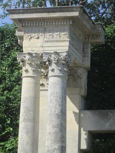 Château du Champ de Bataille: 2 portiques démontés après l'incendie du PALAIS DES TUILERIES en 1871. Ils ornaient le grand escalier principal du palais.