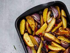 Tarjoa välimerelliseen tapaan maustettuja uuniperunoita broilerimurekkeen lisäkkeenä. My Cookbook, Grill Pan, Chili, Sausage, Side Dishes, French Toast, Grilling, Chicken, Cooking