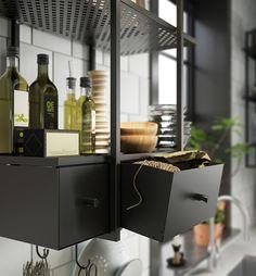 In een kleine keuken is je muur de enige plek om uit te breiden. Met open planken, een rek of stellage benut je elke vierkante meter. Hou het overzichtelijk met grote manden of bakken.   STUDIObyIKEA IKEA IKEAnl IKEAnederland HowTo HowToStyle Keuken Koken Opruimen Opbergen Stylen Styling Tip Tips FALSTERBO Wandplank Wandrek