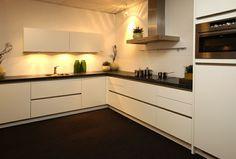 Een nieuwe hoekkeuken? Bekijk voorbeelden van een hoekkeukens op onze website of bekijk hoekkeukenopstellingen in onze showroom.