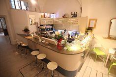 Ristrutturazione e interior design Cuculia, Libreria con Cucina. Edificio Antinori. Struttura del '400. Banco bar.