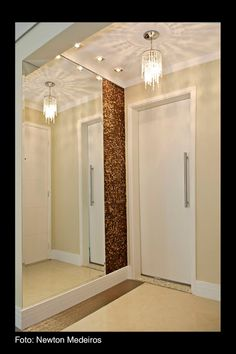 Iluminação - luminária no hall de entrada - espelho de correr substituindo a porta do lavabo - tons pastéis