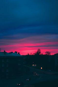 Cielo rosa y azul oscuro