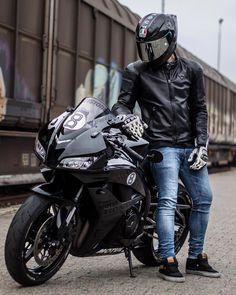 A imagem pode conter: uma ou mais pessoas, motocicleta e atividades ao ar livre Bike Photoshoot, Biker Love, Bike Photography, Motocross Bikes, Yamaha Yzf R6, Sportbikes, Street Bikes, Poses, Motorbikes