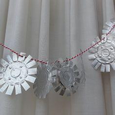 Make aluminium tea light cups into soft shining stars - see tutorial by www.chatoui.nl #Craft #Christmas #Upcycling #DIY