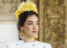 Traje de flamenca: Johanna Calderón.Complementos y flores: Blanco Azahar. Crown, Drop Earrings, Instagram, Jewelry, Fashion, Orange Blossom, Flamenco Dresses, White People, Flowers