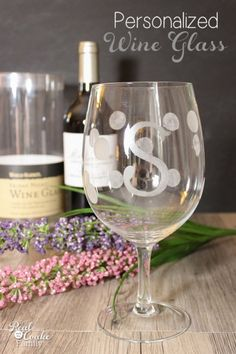 Personalized gift ideas - I love this tutorial to make gorgeous wine glasses. Great gift idea for Christmas!