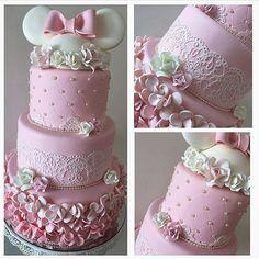 """543 Likes, 5 Comments - QED - QueroEssaDecor (@queroessadecor) on Instagram: """"Bolo minie perfeito que a Lu do @srafesta compartilhou hoje. Delicadeza em forma de bolo!!! By…"""""""