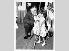 La polio fue una de las enfermedades más peligrosas y contagiosas del siglo XX. Atacaba en los meses de verano, y cada cierto tiempo, las epidemias arrasaban las ciudades. Aunque la mayoría de las personas se recuperaba rapidamente, muchas sufrían parálisis temporal o permanente e incluso morían. Muchos sobrevivientes de la polio quedaban discapacitados de por vida, y eran un recordatorio, visible y doloroso para la sociedad, de las grandes cantidades de vidas jóvenes que cobraba la…