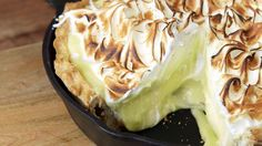 Lemon meringue pie is incredible and cheesecake is delicious, so when you add them together it's bound to be fantastic. Lemon meringue pie is incredible and cheesecake is delicious, so when you add them together it's bound to be fantastic. Lemon Meringue Cheesecake Pie Recipe, Meringue Recept, Lemon Recipes, Pie Recipes, Dessert Recipes, Cooking Recipes, Recipies, Just Desserts, Delicious Desserts