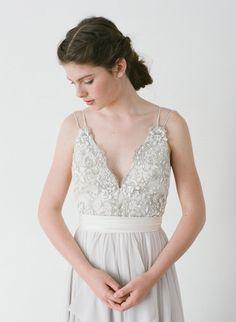 Designerkleid, das ich wunderschön finde - oben aufwendige Perlen unten fließender Rock.  Alexandra / / A Dove graues Kleid mit Hand Perlen von Truvelle